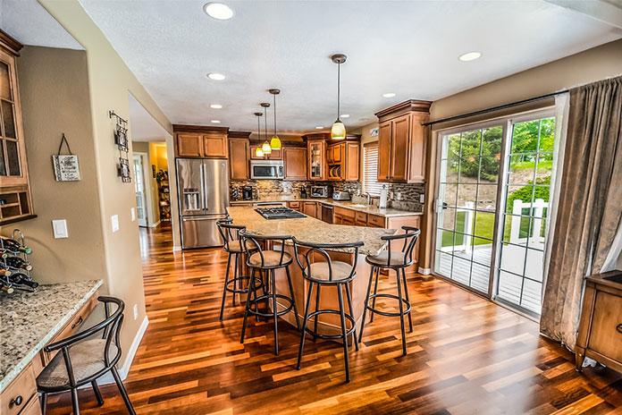 Piękno drewna bez czasochłonnej konserwacji – okna drewniano-aluminiowe