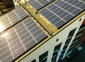 Zalety montażu instalacji fotowoltaicznej na dachu skośnym
